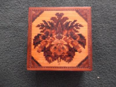 LATE 19th,C TUNBRIDGE WARE SLIP LID BOX WITH FLORAL DECORATION TO LID