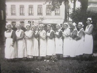 Orig Privat Foto Uralt RAR ! Krankenschwestern Gruppenbild in Uniform in Reihe !