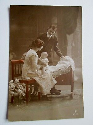 YOUNG COUPLE & BABY, CHARMING SCENE - CARLTON PUBLISHING CO No 2145 (1910s)