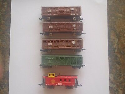 Model Trains N Scale  4 Santa Fe Box Cars 1 Caboose
