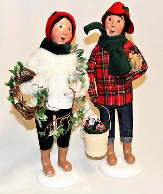 Byers Choice Winter Man & Woman Decorating Carolers w/ Wreath Garland -New 2017