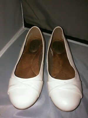 Woman cream bone colored flat leather shoes by Hush Puppies size 8.5