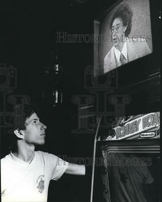 1983 Press Photo Neal Patrick watching himself on the Phil Donahue Show