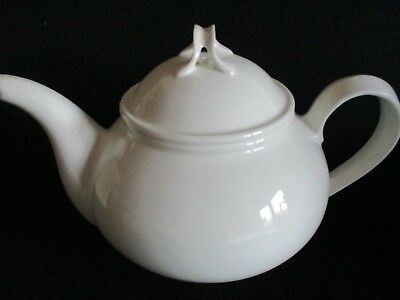 White china Tea pot lovely condition holds 6-7 cups