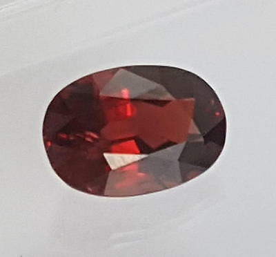 Echter roter ovaler Spinell  ( 3,73 Carat ) ca. 11 x 8 mm // mit Spezifikation