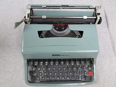 Vintage Underwood Olivetti Lettera 32 Manual Typewriter made in Spain