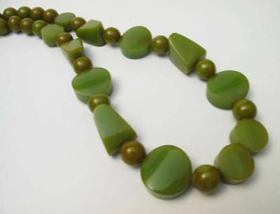 FABULOUSLY CHUNKY 1930s ART DECO GREEN BAKELITE GEOMETRIC BEAD NECKLACE