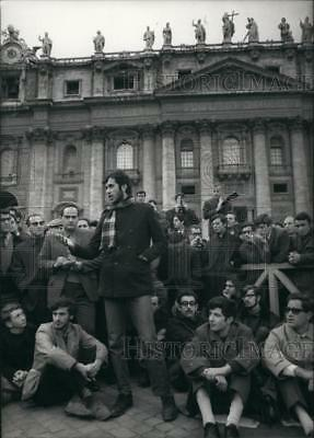 1968 Press Photo A group of Roman Students in protest to Pope - KSB69535