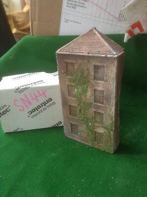 N Scale  low relief brick Warehouse 4 Floors, Aged And Weathered & Foliage