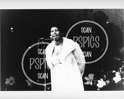 ARETHA FRANKLIN  - RARE '70s B&W CONCERT PHOTO