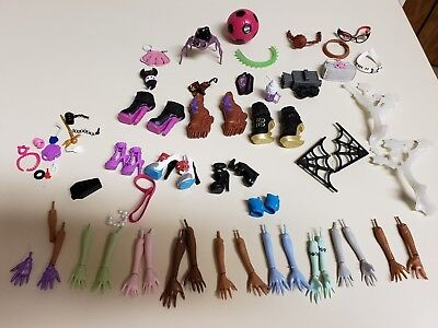 MONSTER HIGH HUGE LOT OF REPLACEMENT BODY PARTS HANDS ARMS Purse 70 PC Shoes 2