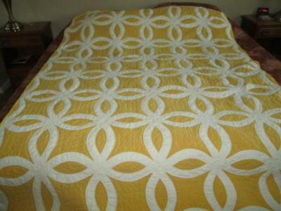 Beautiful Vintage Hand Made Two Sided Yellow & White Wedding Ring Quilt