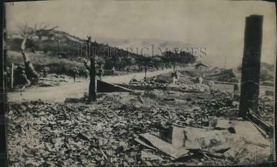 1945 Press Photo US Marines arrive in Naha, Okinawa and walk past debris