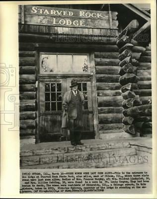 1955 Press Photo Starved Rock Lodge operator Nicholas Spirros at the entrance