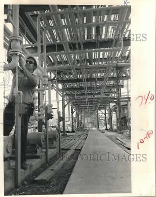 1983 Press Photo Operator adjusts valve at Goodyear plant in Beaumont, Texas