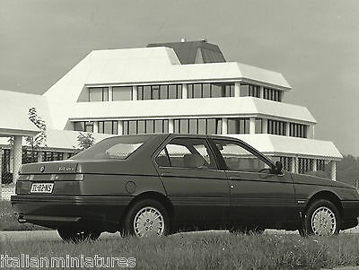 Alfa Romeo 164 3.0 VS Original Press Photograph Impressive Building