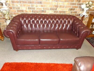 Retro Vintage 1980s Solid Buttoned Burgundy Leather Chesterfield Lounge Sofa