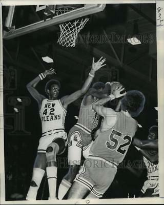 1975 Press Photo New Orleans Basketball Player Wayne Cooper, Others in Game