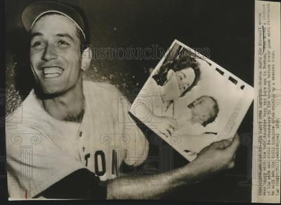 1956 Press Photo Jim Piersall holds picture of his baby before game in Cleveland