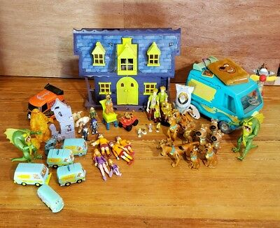 HUGE Scooby-Doo toy Lot ~ House, Mystery Machine, Figurines, Villains, Shaggy R.