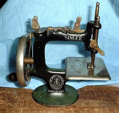 CHILD'S TOY ANTIQUE Metal Singer Sewing Machine As Is 4040 Awesome Metal Singer Sewing Machine