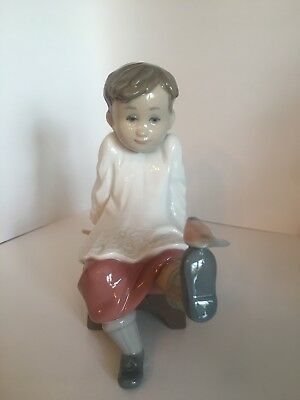 """Lladro """"Talk To Me"""" #5987 Seated Altar Boy With Bird - Free Shipping!"""