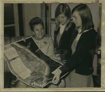 1965 Press Photo Group studies map of South Vietnam in Albany, New York