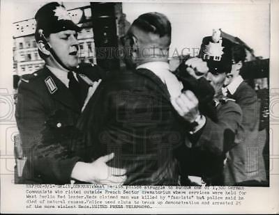 1952 Press Photo West Berlin police struggle to subdue German Communists