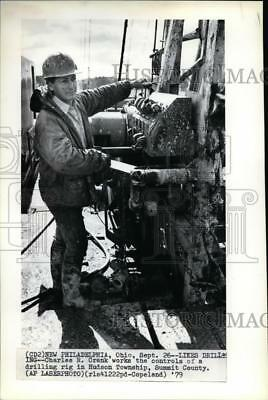 1979 Press Photo Charles R. Crank Works Drilling Rig in Hudson Township