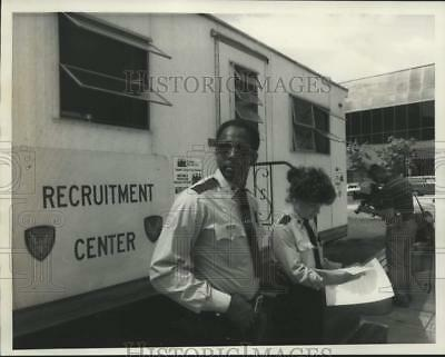1986 Press Photo Syracuse Police Department Officers at Recruitment Center