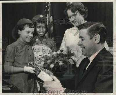 1962 Press Photo Mayor Maier receives cookies from Girl Scouts in Milwaukee