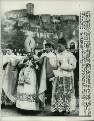 1958 Press Photo Newly elected Pope John XXIII walks to shrine in France