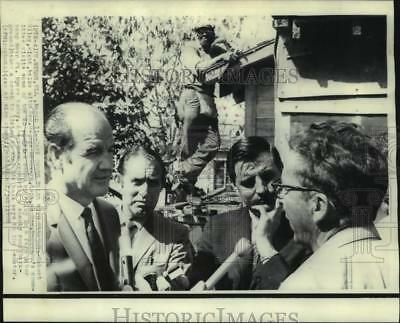1969 Press Photo Farm labor camp owner Riley with McGovern in Ft. Myers, FL
