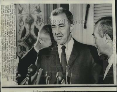1967 Press Photo Senator McCarthy with reporters after Middle East briefing