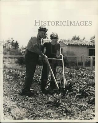 1939 Press Photo Actor Spencer Tracy helps son John use a cultivator, Encino