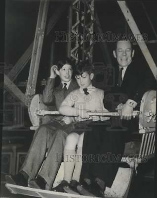 1950 Press Photo Royal Family on ferris wheel part of Mills Circus in London.