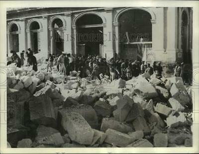 1942 Press Photo Residents of Valletta, Malta gather at an air raid shelter