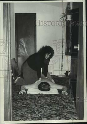 1980 Press Photo Helene Becker gives Shiatsu massage to client, Malta, New York