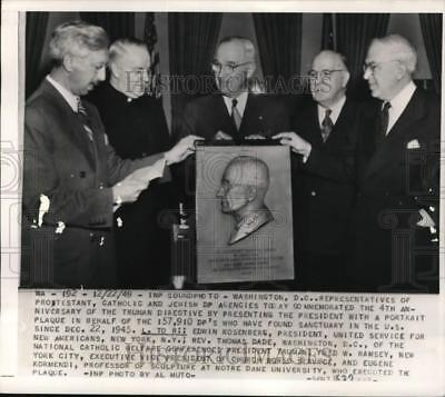 1949 Press Photo President Harry S. Truman with others receives a plaque, DC