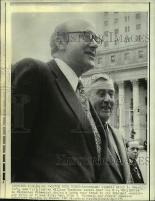 1974 Press Photo Government Witness Larry Sears, Attorney at Trial Lunch Break
