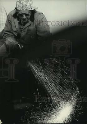 1976 Press Photo Welder at construction site of Trans-Alaska pipeline