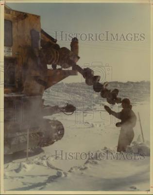 1976 Press Photo Worker in snow with drilling machine at Trans-Alaska pipeline