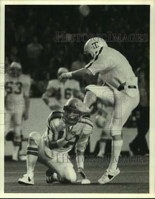 Press Photo Texas A&M football player David Beal holds for Tony Franklin