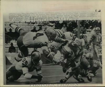 1970 Press Photo Cowboys Bob Lilly soars to help tackle Oilers Mike Richardson.