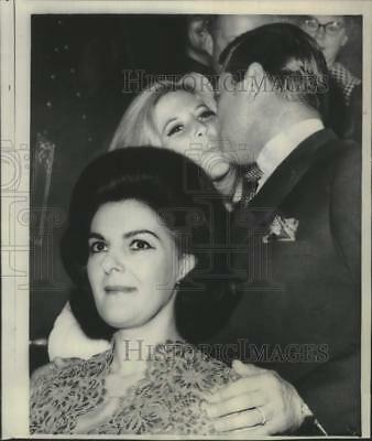 1967 Press Photo New York-Singer Gordon MacRae kisses daughter on wedding day