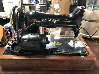 Vintage Singer sewing machine. Works great has light and case