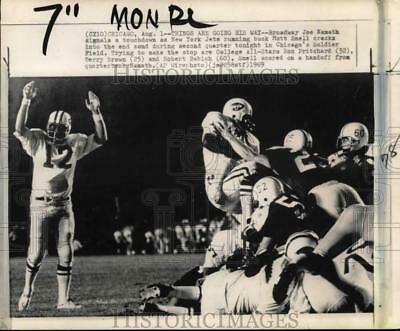 1969 Press Photo New York Jets' Joe Namath signals a touchdown, Chicago, IL