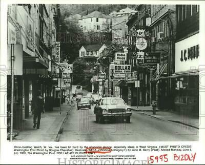 1983 Press Photo Foot and Car Traffic on Streets of Welch, West Virginia