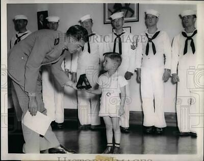 1944 Press Photo 4yrs old Todd Smith receiving the Mariner's Medal for his