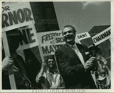 1959 Press Photo Red Skelton with workmen of Johnson Co. in Racine, Wisconsin
